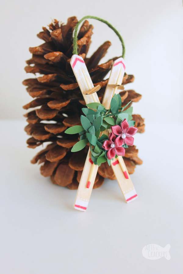 This gorgeous rustic snow ski ornament will look great on your Christmas tree. This DIY ornament is a fun grown-up craft and also make for a fun kid-made craft too | Snow Ski | Winter | Ornament | Christmas Ornament | Handmade | Craft Sticks | Rustic | Old-fashioned | Kids Crafts | #ornament #christmas #kidsactivities #rustic #popsiclestick #wintercraft #crafts #diyproject