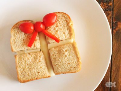 Give your kids the gift of a fun Christmas lunch with this Christmas Present Sandwich | Christmas lunch ideas | lunch ideas for kids | fun lunches | fun sandwiches | Christmas sandwich | Christmas present | kid friendly food | sandwich cutter | sandwiches for kids #lunchforkids #sandwich #christmas #foodblog