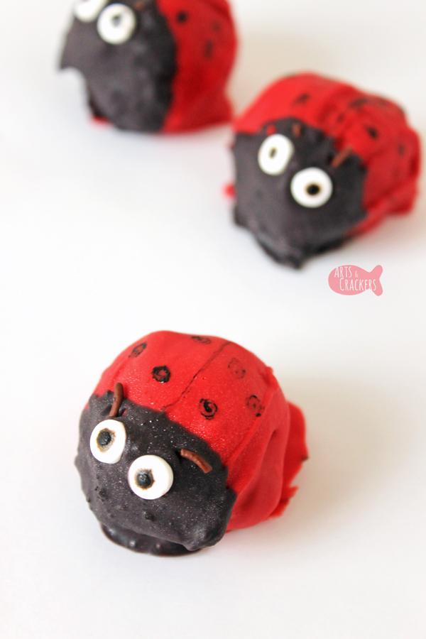 Celebrate spring with these Cute Ladybug Cake Pops (or Ladybug Cookie Bites) | no-bake desserts | cake balls | cookie balls | OREO balls | ladybug treats | spring desserts | cute food | spring treats for kids | edible crafts | fun food for kids #cakepops #funfood #kidblogger