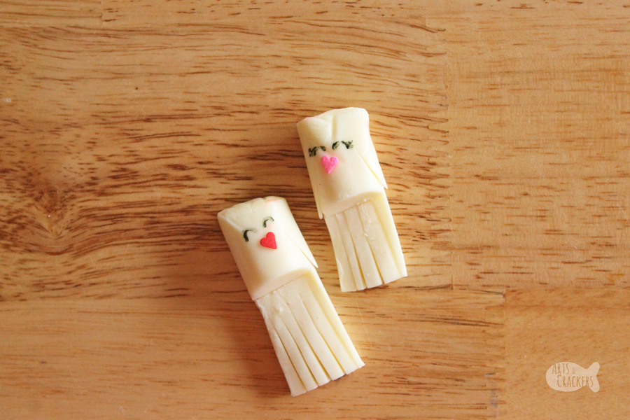 Share the love with these String Cheese Love Bird Pizza Wreaths, a cute Valentine's Day snack idea | Valentine's Day Food | String Cheese Snacks | String Cheese Craft | Fun Food Ideas | Edible Crafts | Lovebirds | Fun Food for Kids | Pizza Wreath | Valentine's Day Snacks for Kids | Valentine's Day Snacks for Adults | Pizza Appetizer | Valentines Appetizers #valentinesday #funfood #foodblog